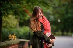 迷人的学生在一个美丽的秋天公园 免版税库存照片
