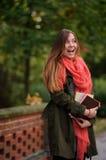 迷人的学生在一个美丽的秋天公园 库存照片