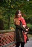 迷人的学生在一个美丽的秋天公园 图库摄影