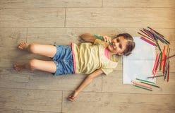 迷人的小女孩在家 免版税库存照片