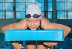 迷人的小女孩在水池游泳 库存图片