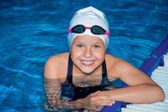 迷人的小女孩在水池游泳 免版税图库摄影