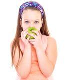 迷人的小女孩用绿色苹果。 库存照片