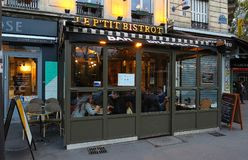迷人的小P `山雀小餐馆是位于列斯Halles处所的传统法国咖啡馆在巴黎,法国 库存图片