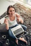 迷人的少妇在家 免版税库存图片