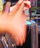 迷人的岩石吉他弹奏者 免版税库存照片