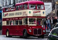 迷人的开始城市游览的葡萄酒双层公共汽车 免版税库存图片