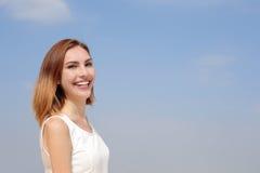 迷人的微笑愉快的妇女 免版税库存照片