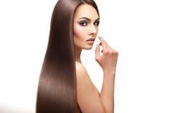 迷人的性感的夫人与组成和在stu的完善的streight头发 免版税图库摄影