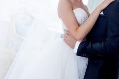 迷人的新娘和新郎容忍在婚礼之日 免版税库存图片