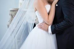 迷人的新娘和新郎容忍在婚礼之日 免版税库存照片