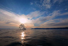 迷人的日落abd片断fo冰在干净的冰的谎言 免版税库存图片