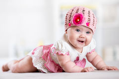 迷人的有帽子说谎的儿童小女孩 免版税库存照片