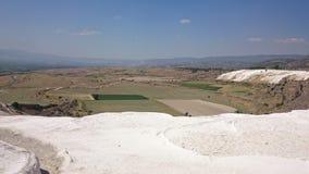 迷人的棉花堡水池在土耳其,他们包含温泉城和石灰华,碳酸盐矿物大阳台被忘记的  图库摄影