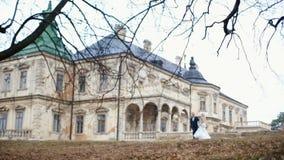 迷人的爱恋的新婚佳偶有romantc步行在壮观的中世纪城堡附近 股票录像