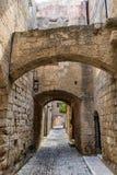 迷人的狭窄的街道在老镇罗得岛,希腊 免版税图库摄影