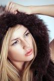 迷人的白肤金发的妇女时尚毛皮样式 库存图片