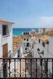 迷人的白色村庄阿尔特阿在科斯塔布朗卡西班牙 免版税库存图片