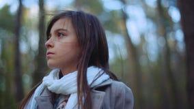 迷人的神色的可爱的深色的女孩 自转视图偏僻失去在搜寻出口的森林儿童女孩 影视素材