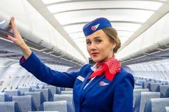 迷人的空中小姐在航空器的客舱的制服穿戴了 荷兰男人飞行堡垒保罗・彼得・彼得斯堡餐馆俄国圣徒 2017年11月23日, 免版税图库摄影