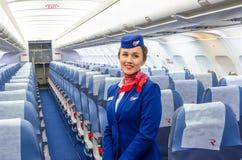 迷人的空中小姐在航空器的客舱的制服穿戴了 荷兰男人飞行堡垒保罗・彼得・彼得斯堡餐馆俄国圣徒 2017年11月23日, 图库摄影