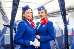 迷人的空中小姐在航空器的客舱的制服穿戴了 荷兰男人飞行堡垒保罗・彼得・彼得斯堡餐馆俄国圣徒 2017年11月23日, 库存照片