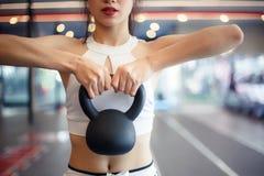 迷人的美丽的体育女孩举exerc的水壶响铃 库存照片