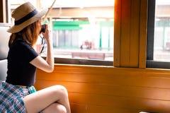 迷人的美丽的性感的妇女拍照片通过使用照相机在老 免版税库存图片