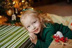 迷人的胖的矮小的白肤金发的一件绿色礼服的女孩小女孩 免版税库存照片