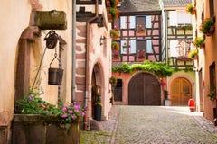 迷人的胡同在中世纪村庄Riquewihr,阿尔萨斯,法国 库存图片