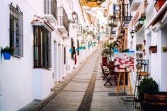 迷人的被粉刷的狭窄的街道在米哈斯 免版税库存图片