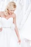 迷人的褂子尝试的婚礼 免版税库存照片