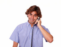 迷人的西班牙人交谈在电话。 免版税库存图片