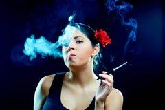 迷人的香烟西班牙语妇女 免版税库存图片
