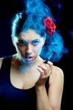 迷人的香烟西班牙语妇女 库存照片