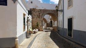 迷人的鹅卵石街道在法鲁,葡萄牙 免版税库存照片