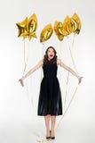 迷人的兴高采烈的愉快的年轻卷曲妇女庆祝她的生日 免版税库存照片