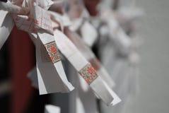 迷住在结构树之外的heian jingu omikuji 免版税图库摄影