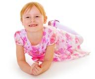迷住女孩的被更换的小的牙。 库存照片