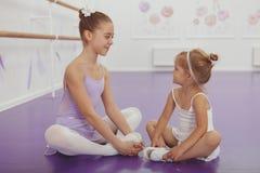 迷住实践在芭蕾类的两位年轻芭蕾舞女演员 免版税库存照片