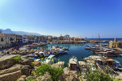 迷住的凯里尼亚,北赛普勒斯土耳其共和国小游艇船坞 免版税库存照片