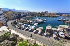 迷住的凯里尼亚,北赛普勒斯土耳其共和国小游艇船坞 免版税库存图片