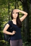 迷失方向远足有旅行背包的女孩 库存图片