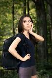 迷失方向远足有旅行背包的女孩 免版税库存图片