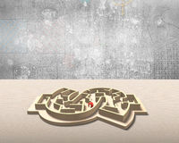 迷宫在金钱形状箱子的局面 库存照片