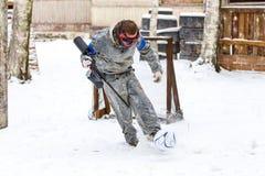 迷彩漆弹运动和橄榄球的极端组合在冬天 库存图片