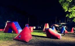 迷彩漆弹运动地堡在晚上 库存图片