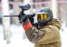 迷彩漆弹运动比赛在冬天 有标志的凉快的射击者 库存照片