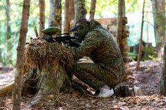 迷彩漆弹运动狙击手准备好射击 图库摄影