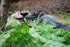 迷彩漆弹运动狙击手准备好射击 库存照片